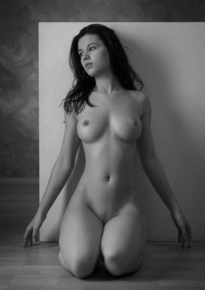 голая брюнетка красивая фото